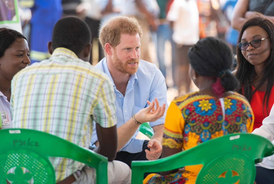 """01. Oktober 2019  Harry ist für einen Solo-Trip nach Malawi gereist und besucht dasMauwa Health Centre in Blantyre. Es ist die Ruhe vor dem Sturm, denn nur einige Stunden später rechnet Harry in einem Statement schonungslos mit der englischen Presse ab.  """"Leider ist meine Frau eines der jüngsten Opfer einer britischen Boulevardpresse, die Kampagnen gegen Einzelpersonen führt, ohne an die Konsequenzen zu denken - eine rücksichtslose Kampagne, die im Laufe des vergangenen Jahres, während ihrer Schwangerschaft und während der Erziehung unseres neugeborenen Sohnes eskalierte"""", schreibt Harry unter anderem."""