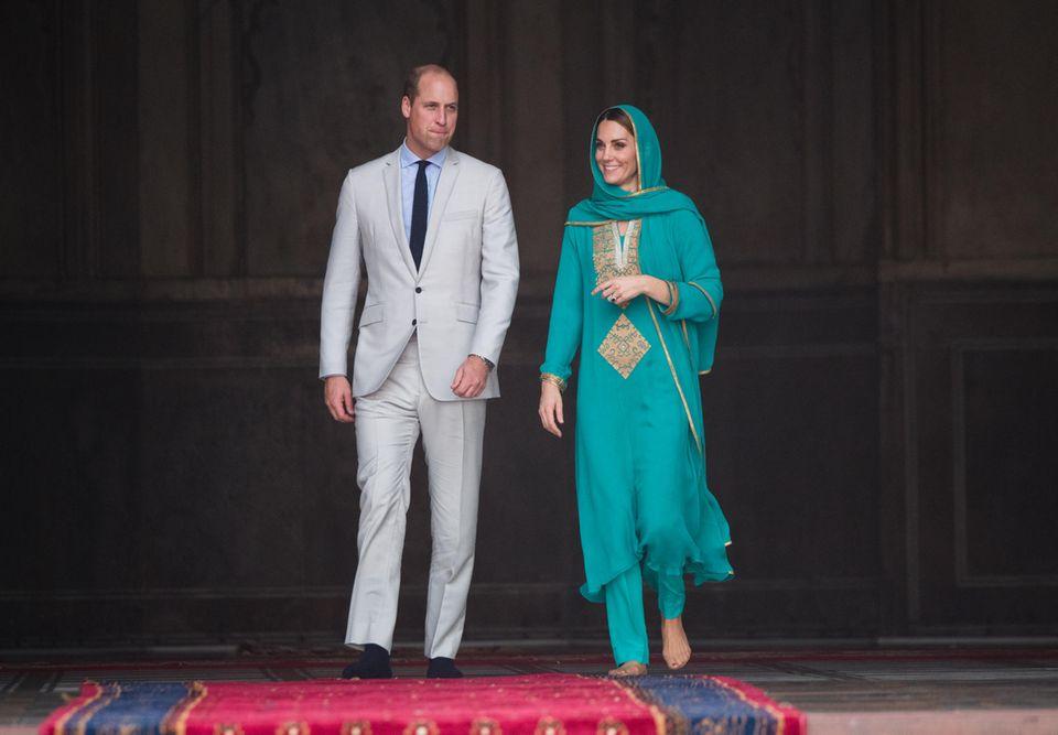 """17. Oktober 2019  Während Harry und Meghan für Wirbelsorgen, glänzen Prinz William und Herzogin Catherine während einer offiziellen Reise nach Pakistan.Als die beiden die Badshahi-Moschee in Lahore verlassen, schwärmt Gastgeber Fakir Aijaz Uddin: """"Wenn es ein Wort gibt, das Ihren Besuch beschreibt, dann ist es Freude. Sie haben Freude ausgestrahlt, wo immer Sie waren."""" William antwortete: """"Wir sind sehr glückliche Menschen."""" Größer könnte der Unterschied zu den Sussexes wohl nicht sein ..."""