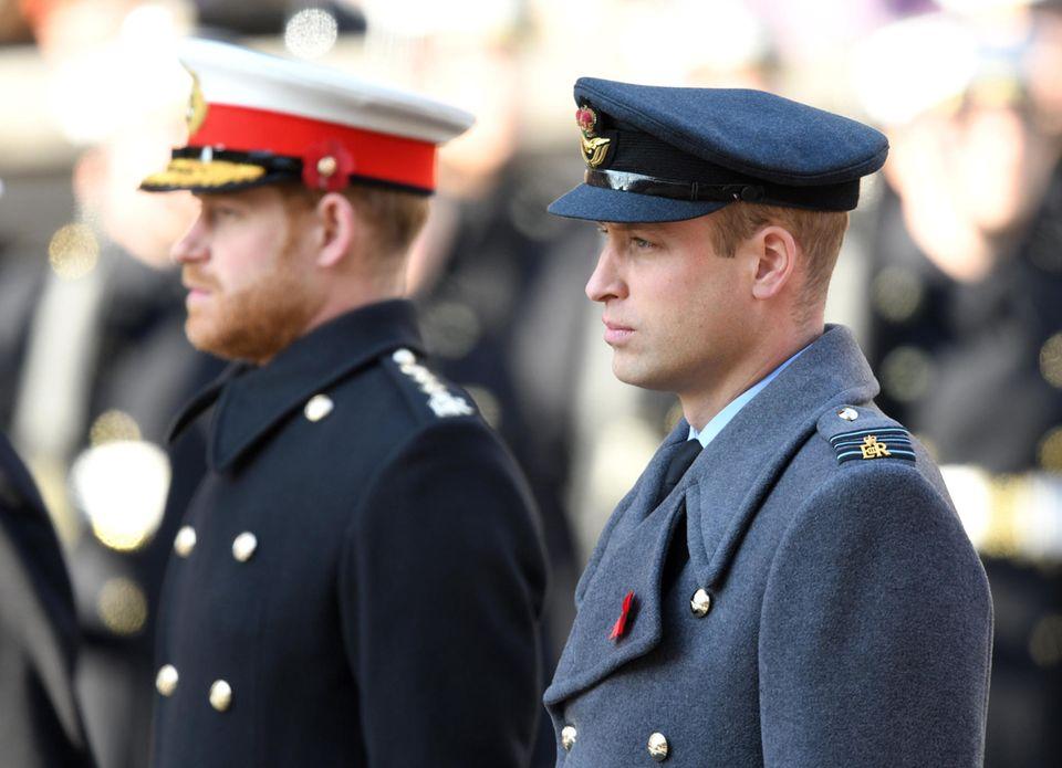 """10. November 2019  Prinz Harry und Prinz William erscheinen mit der Königsfamilieanlässlich des Remembrance Sundayam Cenotaph,einem Kriegsdenkmal im Londoner Regierungsviertel. Es ist das vorerst letzte Mal, dass man die Brüder Seite an Seite sieht.Drei Tage später, am 13. November, gibt der Palast bekannt:  """"Der Herzog und die Herzogin von Sussex freuen sich auf eine längere Familienzeit gegen Ende dieses Monats."""" Weihnachten werde das Paar mit Meghans MutterDoria Ragland verbringen, heißt es weiter.Die Entscheidung werde """"von Ihrer Majestät der Königin unterstützt"""".  Das sehen viele Royal-Fans und Reporter anders: Die 93-Jährigean dem für sie so wichtigen Familienfest sitzen zu lassen, sehen sie als Affront. Tenor: Die Queen habe etwas Besseres verdient. Nach einem letzten Termin am 17. November verabschiedet sich Harry mit seiner Familie aus England."""