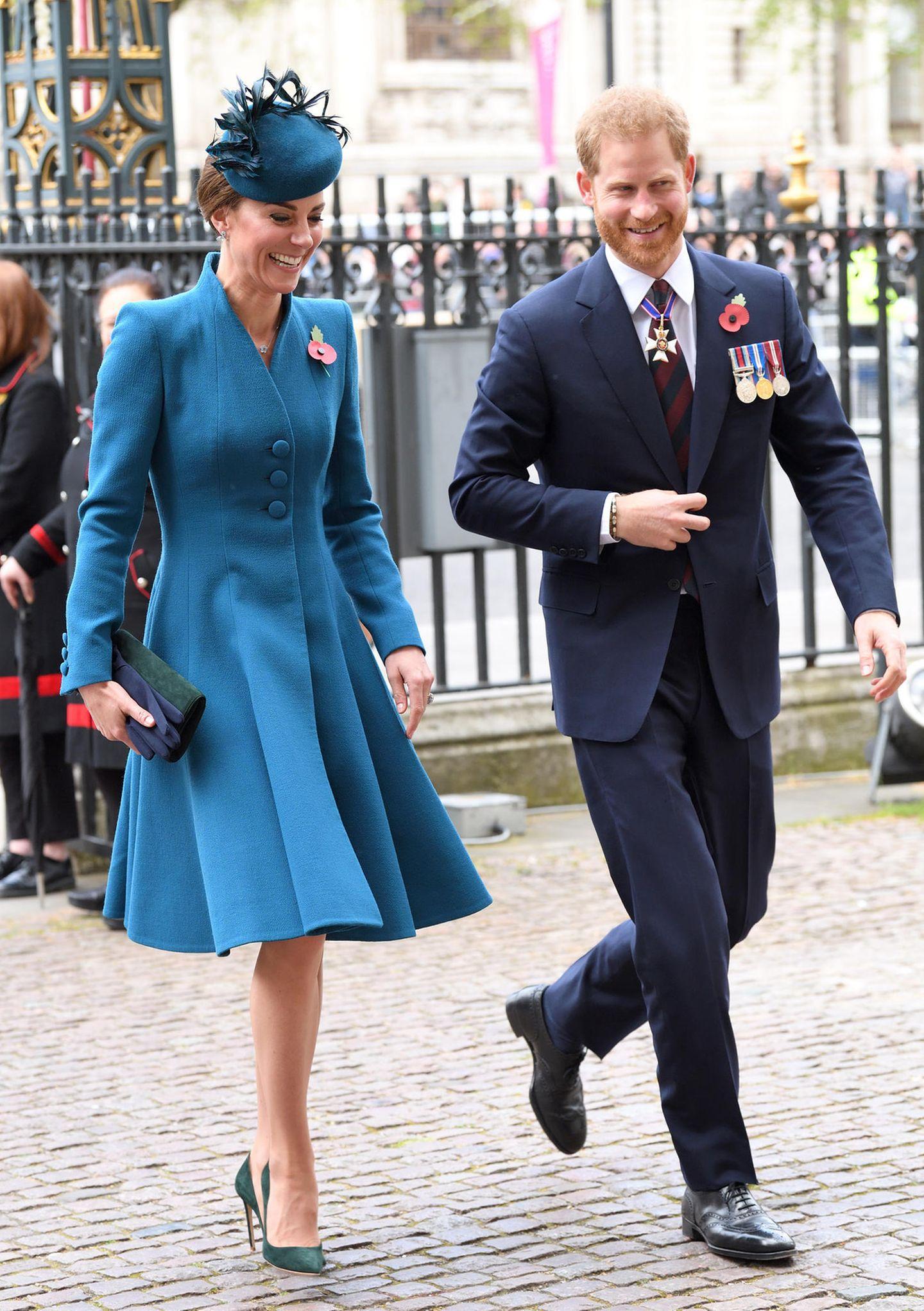 25. April 2019  Seltener Anblick: Die Herzogin von Cambridge und der Herzog von Sussex sind als Duo unterwegs. Während Prinz William Termine in Neuseeland absolviert und Herzogin Meghan in der Babypause weilt, besuchen Kate und Harry einen Gottesdienst in der Westminster Abbey anlässlich des Anzac Day.  Bilder der beiden Royalszeigen: Sie lachen, sind entspannt. Das bleibt auch so, als die beiden in der Kirche miteinander agieren. Angespannte Stimmung - Fehlanzeige!