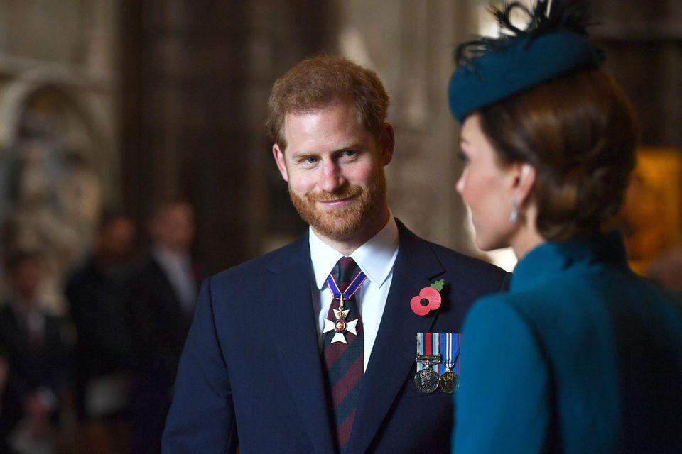 """Liebevoll, fast ein bisschen stolz, schaut Harry seine Schwägerin an. Die beiden verbindet eine innige Freundschaft.Journalistin Angela Levininterviewte Harry im Juni 2017 für """"Newsweek"""" und notierte in ihrem Artikel: """"Das Loch, das Dianas Tod hinterlassen hatte, war nicht mehr zu füllen, und Harry schien erwachsen zu werden. Kate hat geholfen, einen Teil dieser Lücke zu füllen. Als sie und William sich verlobten, nannte Harry sie die große Schwester, die er nie hatte. Er taucht oft in ihrem [und Williams] Appartement im Kensington Palastauf, wo sie eine Mahlzeit für ihn kocht."""""""