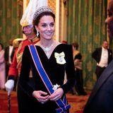 11. Dezember 2019  Hier strahlt die (über)nächste Königin des Vereinigten Königreiches! Herzogin Catherine hat sich für einen Empfangim Buckingham Palast herausgeputzt. Begrüßt werden Mitglieder des diplomatischen Korps - das gehört bei den Royals zur Tradition im Dezember.  Stolz trägt Kate an einer blau-roten Schärpeden Victoria-Orden. Mit dervon Queen Victoria im Jahr 1836 gestifteten Auszeichnung werden Personen geehrt, die dem britischen Monarchen oder einem Mitglied derköniglichen Familiein besonderer Weise persönlich gedient hat. Im April 2019 hat ihn Kate von der Queen erhalten. Mehr Respekt geht nicht!