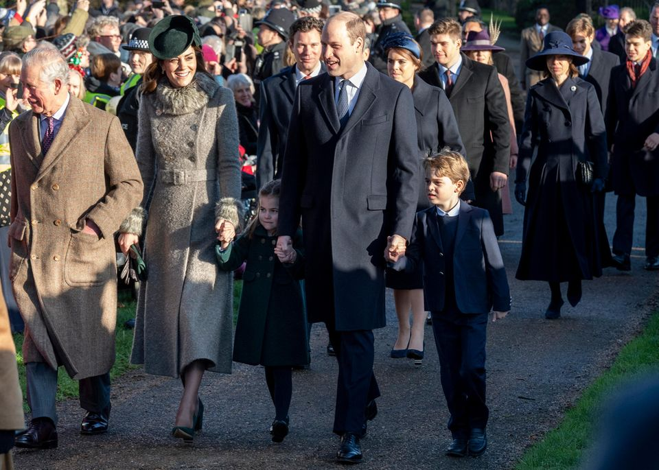25. Dezember 2019  Solche Fotos liebt das Volk: Kate und William kommen mit der Königsfamilie zum traditionellen Gottesdienst in die StMary Magdalene Church nahe Sandringham House, der Residenz der Queen im Osten des Landes. Zum ersten Mal wird das Ehepaar von seinen Kindern Prinzessin Charlotte und Prinz George begleitet. Nach dem Kirchgang mischt sich die Familie unter die angereisten Fans, unterhält sich und nimmt Geschenke entgegen.  Für William und Kate geht ein äußerst erfolgreiches Jahr 2019 zu Ende. Von der Presse gelobt, von den Fans geliebt und von der Queen geschätzt - mit dem Paar scheint die Zukunft der britischen Monarchie in den besten Händen zu sein.