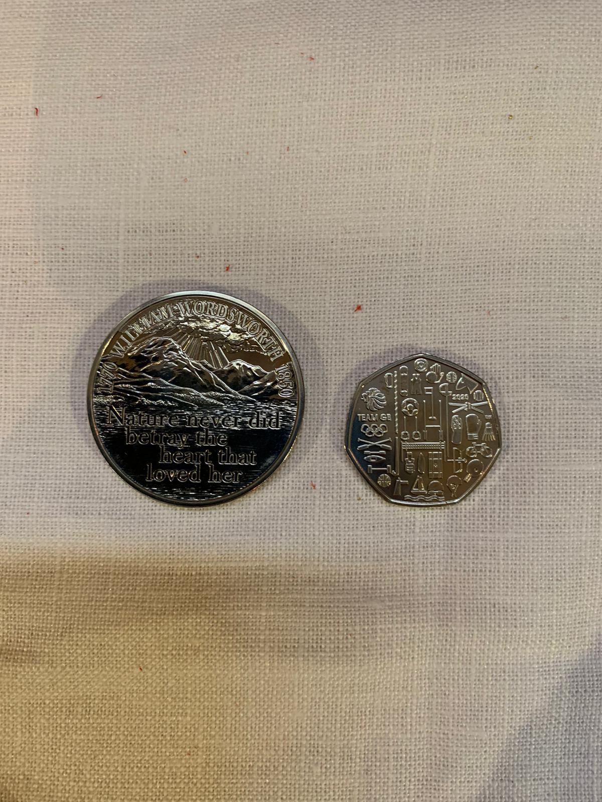 Diese Münzen erhalten 188 Pensionäre dieses Jahr als Oster-Geschenk von Queen Elizabeth. Links ist die 5-Pfund-Münze zu sehen, rechts die 50-Pence-Münze.