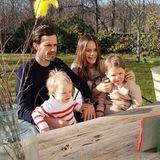 11. April 2020  Frohe Ostern wünschen Prinz Carl Philip und Prinzessin Sofia! Da es die Situation im Moment leider nicht anders erlaubt, feiert die Familie dieses Jahr nur digital mit ihren Liebsten. So sitzt das Prinzenpaar mit seinensüßen - und ganz schön groß gewordenen Jungs- Alexander und Gabriel bei Sonnenschein im Garten und chattet per Skype mit Mama Silvia und Co.