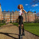 Bei den ersten Sonnenstrahlen hat Anna Ermakova gleich die Jacke weggelassen und zeigt sich in knappem Top und zerrissener Jeans in Chelsea, London.
