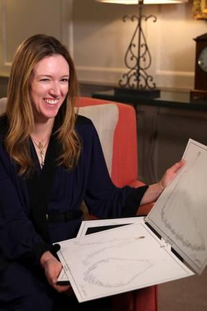 Clare Waight Keller mit den Entwürfen von Meghans Hochzeitskleid