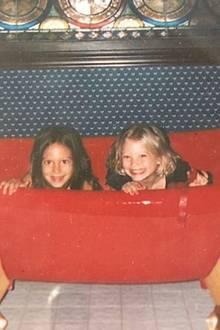 """Zum Weltgeschwistertag teilt Hilary Duff ein süßes Foto mit ihrer """"großen"""" Schwester Haylie aus Kindertagen."""