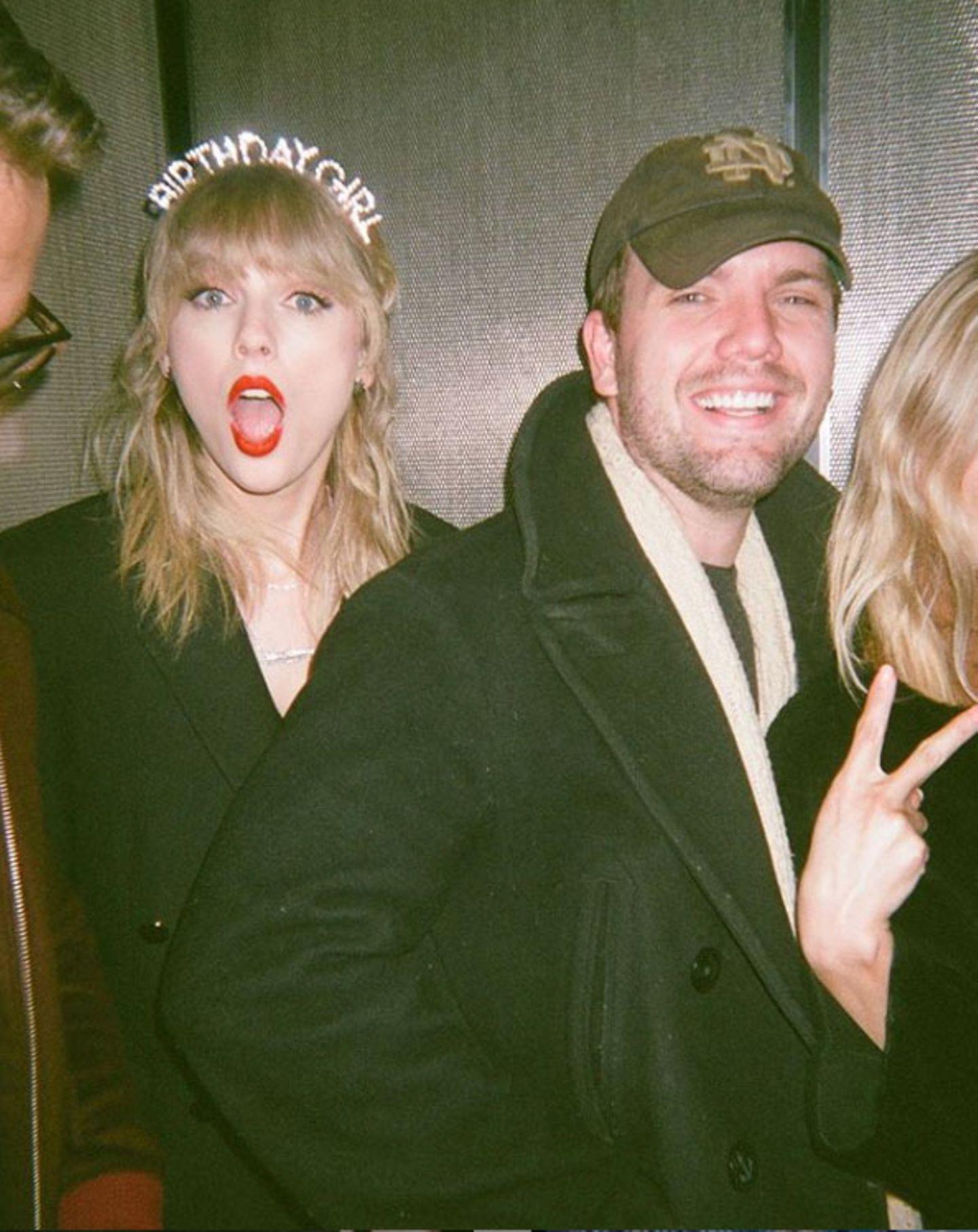 Austin ist nicht nur der jüngere Bruder von Taylor Swift, sondern auch einer ihrer besten Freunde, wie die Sängerinselbst zu diesem Schnappschuss auf Instagram schreibt.Während seine Schwester einweltweit bekannterMusikstar wurde, startet Austinals Schauspieler durch.