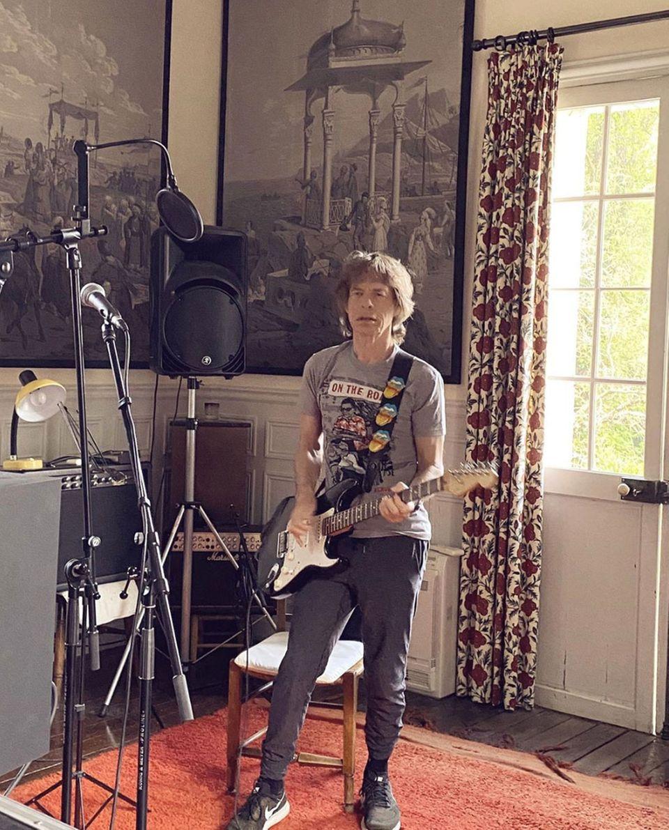 Rockstar Mick Jagger ist große Auftritte gewöhnt - vorerst muss allerdings die Wohnzimmer-Bühne ausreichen.