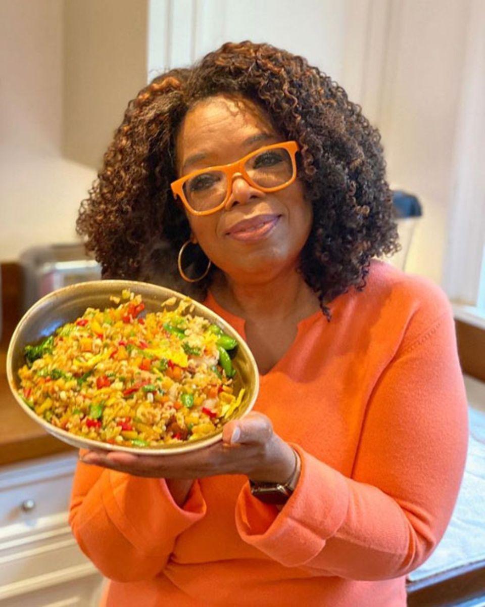 Talkshow-Legende Oprah Winfrey hat nach einem Rezept von Starkoch Jamie Oliver ein köstliches Reisgericht gezaubert, das sie gleich auf Instagram präsentiert.