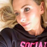 """""""Buffy""""-Star Sarah Michelle Gellar macht mit ihrem Sweatshirt eine klare Ansage. Und mit dem gemütlichen Hoodie lässt es sich auch gleich viel besser zu Hause rumlungern."""