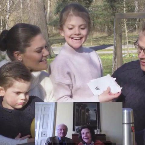 Prinzessin Estelle zeigt Opa Carl Gustaf und Oma Silvia ein Oster-Geschenk.