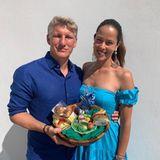 Wie aus dem Ei gepellt: Ana Ivanovic und Bastian Schweinsteiger zeigen ihre Looks zum Osterfest. Das Körbchen mit Schoko-Häschen ist natürlich das perfekte Accessoire.