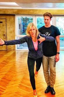 Ulrike von der Groeben macht Gleichgewichtsübungen