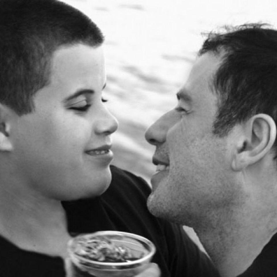"""13. April 2020  Mit einem emotionalen Post erinnert John Travolta an den Geburtstag seinesvor zehn Jahren verstorbenen Sohnes Jett. Der damals 16-Jährige verunglückte nach einem Krampfanfall tödlich. Später gaben Travolta und seine Frau Kelly Preston bekannt, dass bereits im Alter von zwei Jahren bei ihrem Sohn das Kawasaki-Syndrom diagnostiziert wurde. John Travolta scheibt berührend auf Instagram: """"Happy Birthday Jetty! Wir lieben dich""""."""
