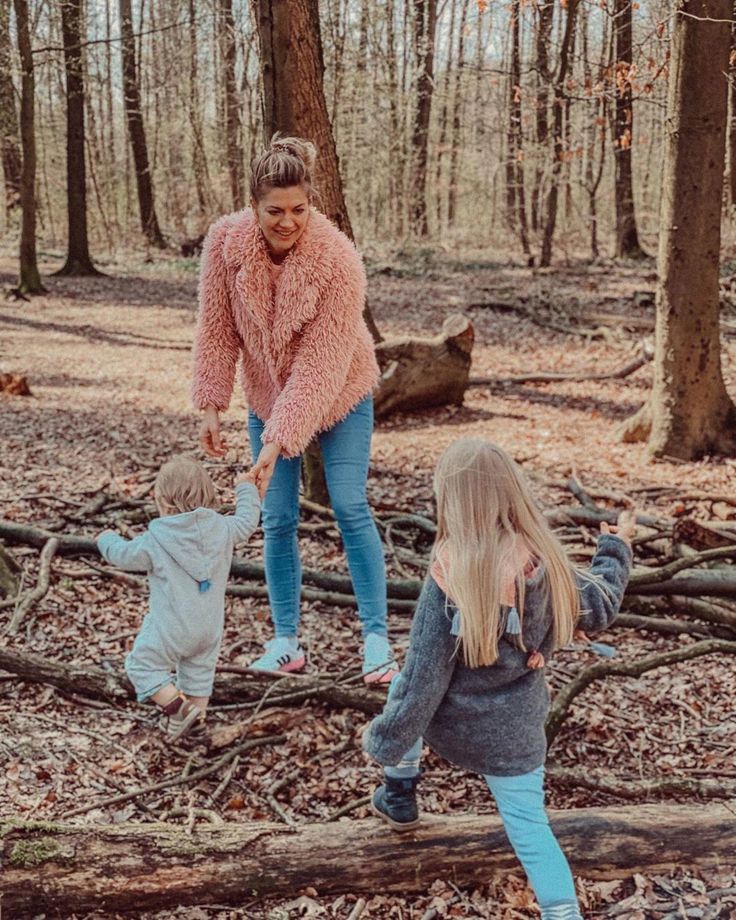 """13. April 2020  Schauspielerin Nina Bott tobt mit ihren beiden Kleinen Lio und Luna Victoria im Wald herum. """"Bei allem Respekt, der Dankbarkeit und Hochachtung für all diejenigen, die sich nicht zuhause vor Corona verstecken können, aber ich finde es herrlich, sich mal so richtig auf sich und seine Lieben konzentrieren zu können"""", besinnt sie sich auf Instagram."""