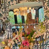 """Busy Philipps postet aus gutem Grund ein Nacktselfie auf Instagram:Sie hat sich zuvor mit Kaffee bekleckert - Zeit für einenSchnappschuss!Außerdem habe sie die perfekte Platzierung ihrer Spiegel bemerkt, wodurch genau das Richtige verdeckt wird. Diesen Moment musste sie einfach bildlich festhalten! Die """"Dawson's Creek""""-Darstellerin macht dabei auf ihren, wie sie findet, zerschundenen Bauchnabel aufmerksam. Der sei einmal gepierct gewesen, doch sie habe das Piercing während ihrer Schwangerschaft und der damit einhergehenden Gewichtszunahme nicht rechtzeitig herausgenommen. Sie schreibt: """"LasstEuch das eine Warnung sein"""". Aber bei dieser sexy Aufnahme wird wohl kaum jemand auf ihren Bauchnabel achten."""