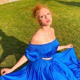Elegant, dieser Knicks! Annas royalblaues Outfit rundet das majestätisch-wirkende Bild gekonnt ab. Ein Anblick, den wir von der Becker-Tochter eher selten sehen, doch zeigt es, wie wandelbar das Model doch sein kann.