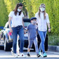 11. April 2020  Inzwischen sind die Vorsichtsmaßnahmen gegen das Coronavirus auch bei Familie Garner-Affleck angekommen. Bisher sah man sie ohne Mundschutz, doch jetzt sind Jennifer Garner und ihre Kinder Samuel, Violet und Seraphina gerüstet.