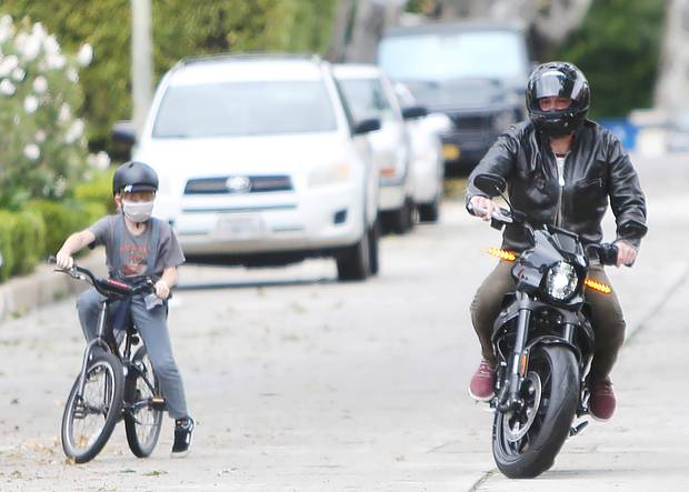 10. April 2020  Fahrrad gegen Motorrad - Ben Affleck und sein Sohn Samuel liefern sich ein ungleiches Rennen. Mit seiner Maske und dem Helm sieht Samuel auf seinem schwarzen Fahrrad allerdings schon fast aus wie der Papa. Früh übt sich halt, wer ein echter Biker sein will.