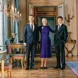 In einem violetfarbenem Midi-Kleid mit abgesetzter Naht am Saum macht Königin Margrethe eine großartige Figur neben ihrem Sohn, Frederik von Dänemark und ihrem Enkelkind, Prinz Christian. Kaum zu glauben, dass Margrethe in wenigen Tagen 80 Jahre wird.