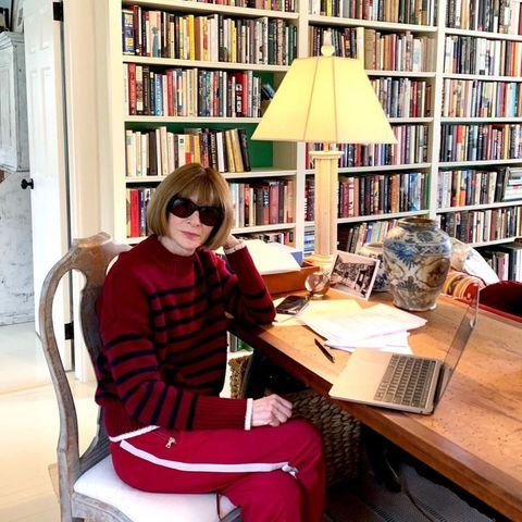 """Aber in Zeiten des Coronavirus scheint es sich auch Anna Wintour im Homeoffice gemütlich zu machen. Die """"Vogue""""-Chefin trägt tatsächlich eine Jogginghose! Die knallrote Trainingshose mit weißem Streifen kombiniert sie mit einem schwarz-gestreiften Wollpullover in gesetzterem Rot. Auch bei diesem Outfit darf jedoch die obligatorische Sonnenbrille nicht fehlen."""