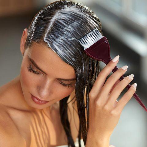 Ansatz färben, junge Frau, Haaransatz selbst färben