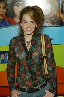 """Nach und nach zeigt sich Emma Watson - insbesondere beim Thema Haare -experimentierfreudig: Zur Filmpremiere von """"Scooby-Doo 2"""" erscheint sie mit einem zurSeite gekämmtenPony und einem lockerenPferdeschwanz."""