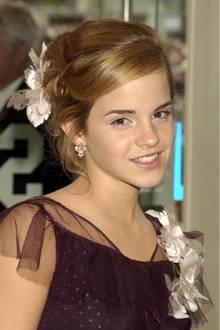 """Zur UK-Premiere von """"Harry Potter - und der Gefangene von Askaban"""" wirkt die damals 14-Jährige bereits richtig erwachsen. Mit einer Hochsteckfrisur und leichtem Make-Up posiert Emma für die Fotografen."""