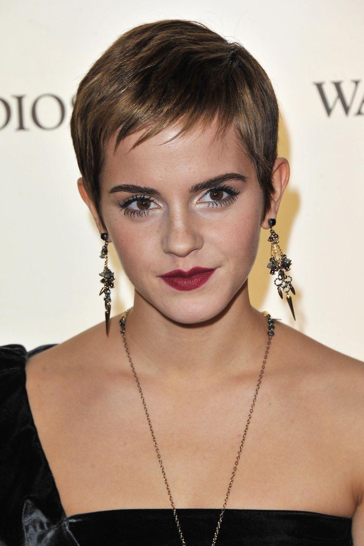 Wow, was für eine Verwandlung. Mit 20Jahren verabschiedet sich Emma Watson auch optisch von ihren Kindheitszeiten und überrascht mit einem androgynen Pixie Cut auf einem Event in London. Smokey Eyes und rote Lippen runden den Look gekonnt ab.