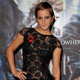 """Und auch in Sachen Mode wird Emma Watson immer mutiger: In einem semi-transparenten Mini-Kleid erscheint die Britin zur Premiere von """"Harry Potter und die Heiligen des Todes""""."""