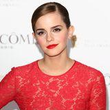 Mit einem flüssigen Eyeliner und knallig roten Lippen verzaubert die heute 30-Jährige bei der Orange British Academy Film Awards Party. Ihre Haare trägt Emma, wie so oft, streng zurück und setzt somit den Fokus auf ihr wunderschönes Gesicht.