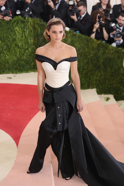 Was für ein Anblick: Zur MET Gala in New York im Jahr 2016 zählt Emma wohl zu den schönsten Frauen des Abends. Die 26-Jährige sieht jedoch nicht nur schön aus, bereits seit einigen Jahren engagiertsich Emma Watson auchinden Bereichen Menschen- und Frauenrechte, Gleichberechtigung und Umweltfragen.