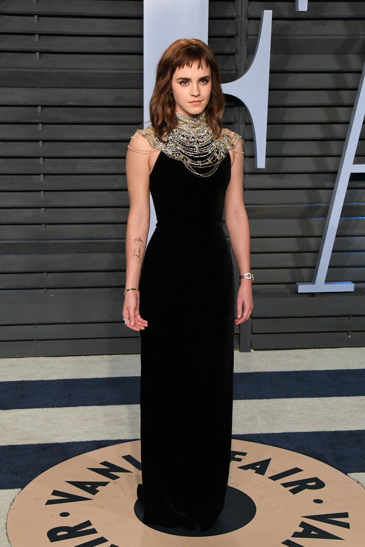 Neues Jahr, neue Frisur: Mit einem ausgefransten, kurzen Pony posiert Emma Watson im Jahr 2018 für die Fotografen auf der Vanity Fair Oscar Partyin Beverly Hills. Ein hochgeschlossenes figurbetontes Kleid mit Ketten-Details am Dekolleté verleihen ihrem Look das gewisse Extra.