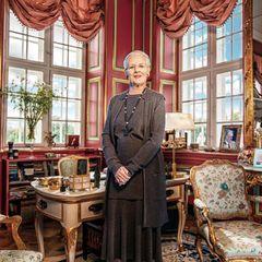 Im Vorfeld der Feierlichkeiten fotografiert Per Morton Abrahamsen Königin Margrethe 2019 in ihrem Arbeitszimmer auf Schloss Fredensborg, das auch ihrer Mutter Königin Ingrid bereits als solchesdiente.
