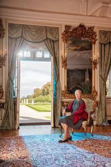 Für diese royale Aufnahme posiert Königin Margrethe in der Gartenhalle des Schlosses Fredensborg, die in der 300-jährigen Geschichte des Palastesden Rahmen für eine Reihe von Porträts der königlichen Familie bildet.