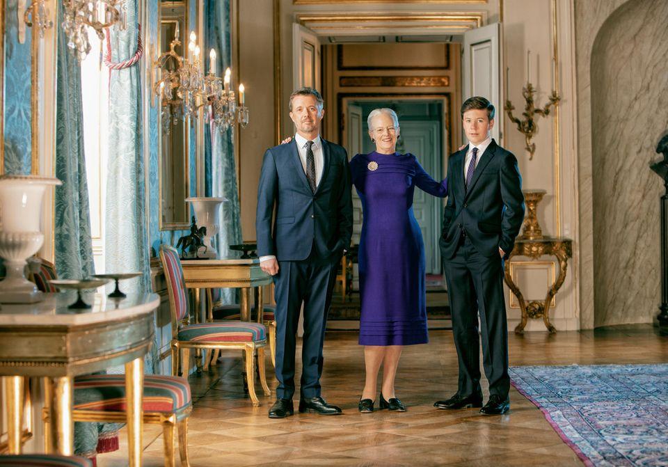 Anlässlich des Geburtstages von Königin Margrethe veröffentlicht das dänische Königshaus auch neue Fotos der Monarchin gemeinsam mit ihren beiden Thronfolgern Prinz Frederik und Prinz Christian.