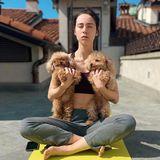 Morgendliches Yoga in der Sonne auf dem Dach ist für Aurora Ramazzotti die perfekte Gelegenheit, den Quarantäne-Stress zu vergessen. Und wenn dann auch nochdie Teacup-Pudel Lilly und Leone dabei sind, kann das nur ein schöner Tag werden.