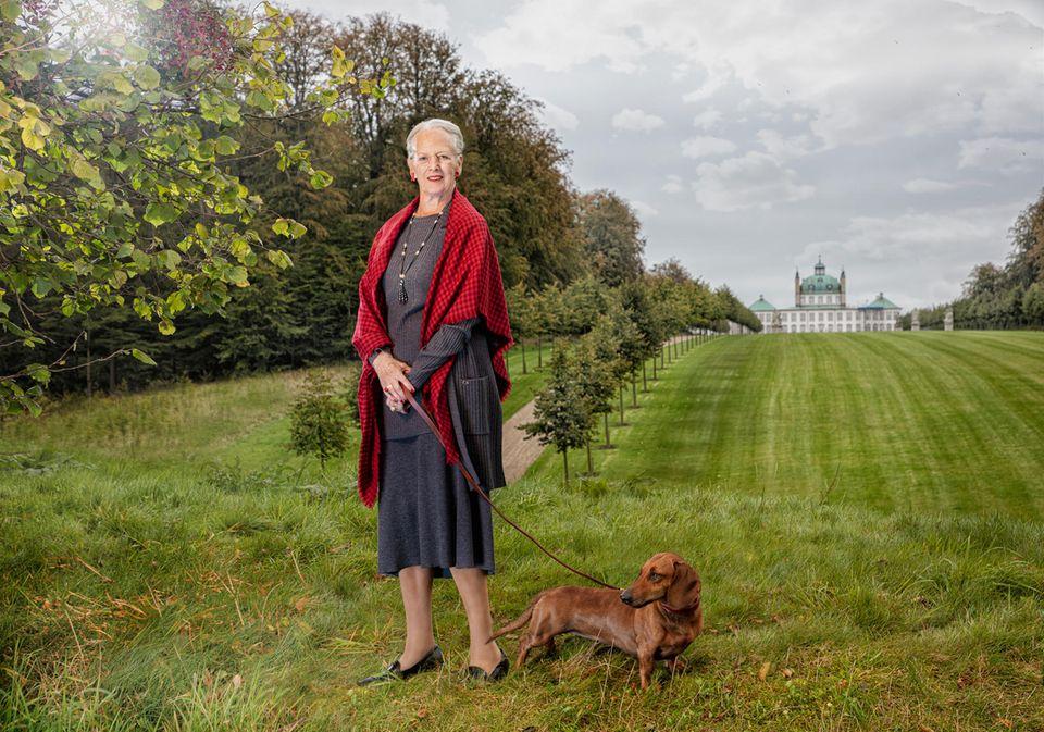 16. April 2020  Tillykke, Eure Majestät! Königin Margrethe feiert heute ihren 80. Geburtstag. Zu diesem runden Fest hat der dänische FotografPer Morten Abrahamsen eine wunderschöne Porträtstrecke erstellt, die die beliebte Monarchin in ihrem Umfeld auf Schloss Fredensborg zeigt.