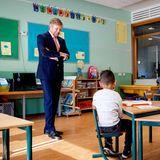 15. April 2020  Schulbesuch auf Abstand: König Willem-Alexander besucht die GrundschuleDe Fontein in Den Haag, und erkundigt sich, wie es den ganz jungen Schülern in der Coronakrise so ergeht. Mit der nötigen Distanz versteht sich, die halten auch die Kinder und Lehrer dort ein.
