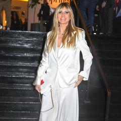 Staffel 15  Heidi Klum scheintmitihrem jetzigen Look sehr zufrieden zu sein:In Staffel 15 zeigt sie sich, wie bereits das Jahr zuvor, mit einem leicht ausgefransten Pony und langer, blonder Mähne. Doch wer weiß: Vielleicht steht das nächste Umstyling im Hause Klum bereits an.
