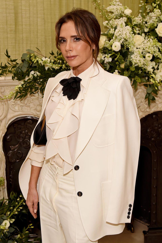 2020  Auch 2020 ist es eineihrer Lieblingsfrisuren: Victoria Beckham trägt zu einer Party in London einen Mittelscheitel, ihr herausgewachsenes Pony umschmeichelt dabei ihr Gesicht. Das Deckhaar ist zu einem tiefen Dutt gebunden. Ein dezent gehaltenes Make-Up runden ihren androgynen Look perfekt ab.