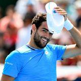 Braune Augen, dunkle Locken, ein charmantes Lächeln: Matteo Berrettini (12.04.1996) weiß, wie er die Frauen verzaubert – und ein Match für sich gewinnt. Der italienische Tennisstar konnte bislang drei ATP-Turniere für sich entscheiden, bei den US Open 2019 scheiterte er im Halbfinale an Tennislegende Rafael Nadal. 2020 belegt er den achten Platz der Weltrangliste.