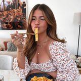 Star-Bloggerin Farina Opoku genießt ihre Pasta mit vollster Hingabe.