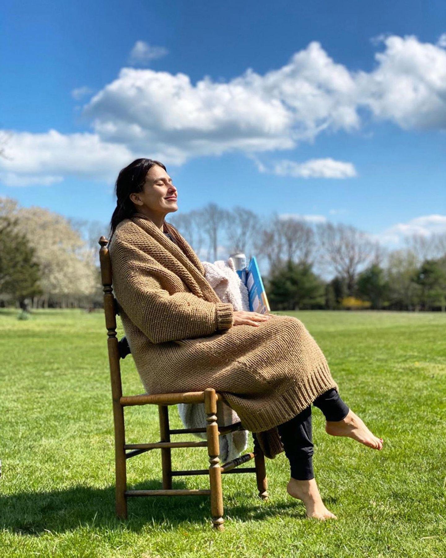 Hilaria Baldwin übt währendder Quarantäne schon mal das Altsein. Eingekuschelt auf einem Stuhl in der Sonne sitzend sieht das auch ziemlich gemütlich aus.