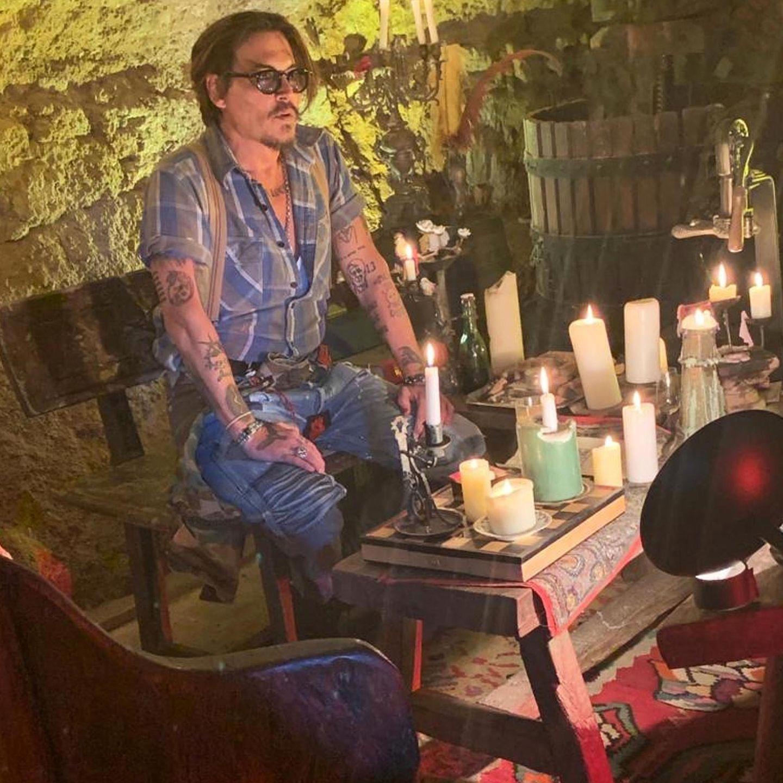 16. April 2020  Er ist da! Endlich hat sich auch Johnny Depp in den Social-Media-Kosmos begeben. Nach knapp einem Tag hat derHollywood-Star schön über 2 Mio. Follower. Und seinerstes Bild zeigt ihn, wie er gerade sein erstesIGTV-Video aufnimmt und alle da draußen begrüßt. Wir sind gespannt auf alles, was noch so kommt.