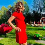In einem figurbetonten Kleid in Knallrot präsentiert Schlagersängerin Anna-Maria Zimmermann stolz ihre Babykugel. Die hübsche Ex-DSDS-Kandidatin erwartet ihr zweites Kind und ist in der 24. Schwangerschaftswoche. Wie im Hintergrund zu erkennen ist, erwartet den Sprössling ein richtiger Abenteuerspielplatz.