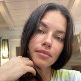 Adriana Lima zählt zu den erfolgreichsten Supermodels der Welt. Dass sie jedoch auch abseits vonRunway und Red Carpet eine wahre Schönheit ist, beweist sie mit diesem Selfie, das die Zweifach-Mama ungeschminkt, im Schlabber-Shirtundohne Filter zeigt.