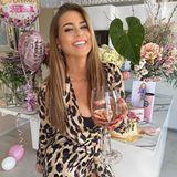 """15. April 2020  Ex-Bachelorette Jessica Paszka stößt zu ihrem 30. Geburtstag mit einem Glas Champagner an und schreibt auf Instagram: """"Ich bin die glücklichste Frau dieser Erde"""". Das Glück hat einen Namen - im Oktober 2019 wurde offiziell, dass Fußball-Profi Alexander Meyer der neue Mann an ihrer Seite ist."""